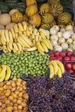 Owoc stojak przy ulicznym rynkiem zdjęcie royalty free