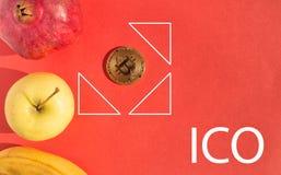 Owoc ustawiać i złoty bitcoin umieszczający w centrum geometryczne postacie i tekst z listami ICO Obrazy Stock