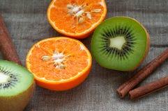 Owoc ustawia - pomarańczową tangerine połówkę, kiwi i Zdjęcia Royalty Free
