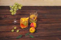 Owoc ustawia z brzoskwiniami winogrona i sok Obraz Royalty Free