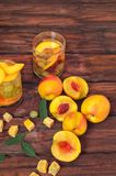 Owoc ustawia z brzoskwiniami winogrona i sok Fotografia Royalty Free