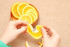 Owoc w drewnianym pucharze w jego ręka drzejącej pomarańcze, przygotowywającej dla consum fotografia royalty free