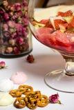 Owoc w dużym rodzinnym szkle, prepfration lata sangria Zdjęcie Stock