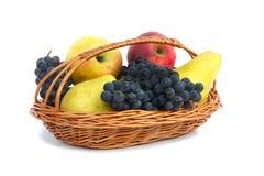 Owoc w koszu na białym tle. Zdjęcia Stock