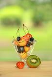 Owoc w szkle i stole Zdjęcia Stock