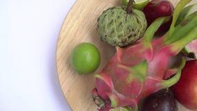 Owoc wir na drewnianym tle Zamyka w górę materiału filmowego egzotyczna owoc: Przekrawająca pasja, smok, annona, custard jabłko,  zbiory