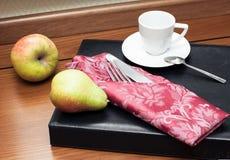 Owoc z filiżanką na drewno stole Obrazy Stock
