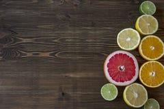 owoce cytrusowe cytryn lime pomarańcze Nad drewno stołu tłem Obraz Royalty Free