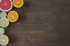 owoce cytrusowe cytryn lime pomarańcze Nad drewno stołu tłem Fotografia Stock