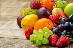 owoce mango, cytryna, śliwka, winogrono Obrazy Royalty Free