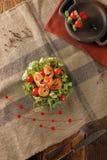 Owoce morza Caesar sałatka z garnelami, croutons, sałatkowym liściem, parmesan serem i pomidorem, zdjęcie royalty free