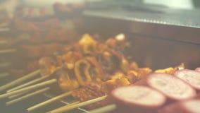 Owoce morza grill w ulicznej karmowej kawiarni w Porcelanowym miasteczku Fast food kawiarnia w m modernasian mieście Gastronomy,  zbiory wideo