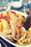 Owoce morza gulasz na białym naczyniu z winem Zdjęcia Royalty Free