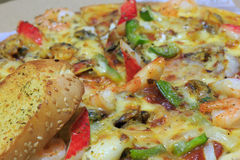 Owoce morza pizza i czosnku chleb Obraz Stock