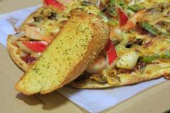 Owoce morza pizza z czosnku chlebem Zdjęcie Royalty Free