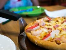 Owoce morza pizzy polewy whit krab, garnela i baleron Na drewnianej tacy, Tło jest restauracyjny Zdjęcia Stock