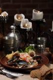 Owoce morza sałatka z kumberlandem i suszącymi pomidorami obrazy stock