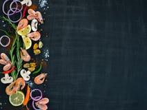 Owoce morza z warzywami i ziele na drewnianym tle na widok Przestrzeń dla teksta Obrazy Stock