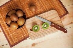 owoce tropikalne przecięcie kiwi Kiwi 1 życie wciąż tła soczysty kiwi biel Zdjęcia Royalty Free