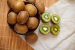 owoce tropikalne przecięcie kiwi Kiwi 1 życie wciąż tła soczysty kiwi biel Obrazy Stock