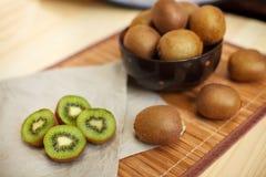 owoce tropikalne przecięcie kiwi Kiwi 1 życie wciąż tła soczysty kiwi biel Obraz Stock