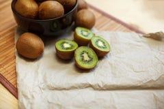 owoce tropikalne przecięcie kiwi Kiwi 1 życie wciąż tła soczysty kiwi biel Obraz Royalty Free