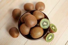 owoce tropikalne przecięcie kiwi Kiwi 1 życie wciąż tła soczysty kiwi biel Obrazy Royalty Free