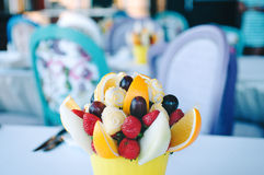 Owocowa bukiet dekoracja na łomota stole Zdjęcia Royalty Free