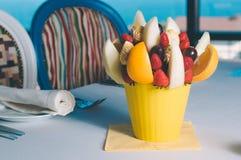 Owocowa bukiet dekoracja na łomota stole Obrazy Royalty Free