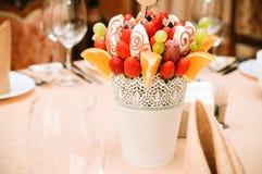 Owocowa bukiet dekoracja na łomota stole Zdjęcia Stock