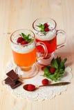 Owocowa galareta z jogurtem, malinkami i mennicą, Obrazy Stock