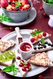 Owocowa grzanka na czerwonym tle Zdrowy śniadaniowy Czysty łasowanie około tło bow puste pojęcia wyświetlania numerów jego skali  Zdjęcie Stock