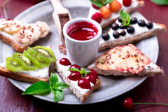 Owocowa grzanka na czerwonym tle Zdrowy śniadaniowy Czysty łasowanie około tło bow puste pojęcia wyświetlania numerów jego skali  Fotografia Royalty Free