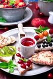 Owocowa grzanka na czerwonym tle Zdrowy śniadaniowy Czysty łasowanie około tło bow puste pojęcia wyświetlania numerów jego skali  Fotografia Stock
