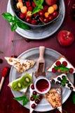 Owocowa grzanka na czerwonym tle Zdrowy śniadaniowy Czysty łasowanie około tło bow puste pojęcia wyświetlania numerów jego skali  Obrazy Royalty Free