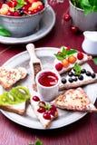 Owocowa grzanka na czerwonym tle Zdrowy śniadaniowy Czysty łasowanie około tło bow puste pojęcia wyświetlania numerów jego skali  Obraz Royalty Free