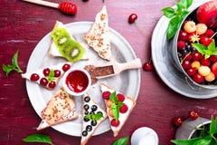 Owocowa grzanka na czerwonym tle Zdrowy śniadaniowy Czysty łasowanie około tło bow puste pojęcia wyświetlania numerów jego skali  Zdjęcia Stock