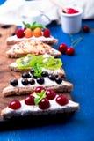 Owocowa grzanka na drewnianej desce na błękitnym nieociosanym tle Zdrowy śniadaniowy Czysty łasowanie około tło bow puste pojęcia Obrazy Royalty Free