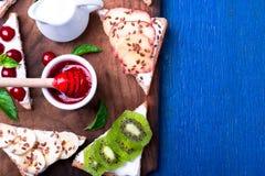 Owocowa grzanka na drewnianej desce na błękitnym nieociosanym tle Zdrowy śniadaniowy Czysty łasowanie około tło bow puste pojęcia Obrazy Stock