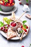 Owocowa grzanka na popielatym tle Zdrowy śniadaniowy Czysty łasowanie około tło bow puste pojęcia wyświetlania numerów jego skali Zdjęcia Stock