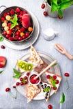 Owocowa grzanka na popielatym tle Zdrowy śniadaniowy Czysty łasowanie około tło bow puste pojęcia wyświetlania numerów jego skali Obraz Stock