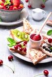 Owocowa grzanka na popielatym tle Zdrowy śniadaniowy Czysty łasowanie około tło bow puste pojęcia wyświetlania numerów jego skali Obraz Royalty Free