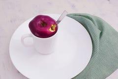Owocowa herbata w białej filiżance z deklem od Apple Fotografia Stock