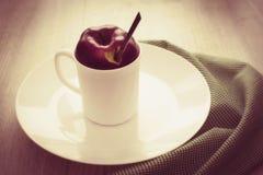 Owocowa herbata w białej filiżance z deklem od Apple Obrazy Stock