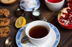 Owocowa herbata z cytryną, mleko, miód, pomarańcze, granatowiec, na woode obrazy stock