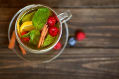 Owocowa herbata z mennicą i cynamonem Fotografia Stock