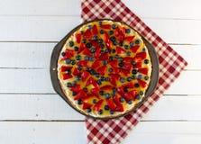 Owocowa pizza na Czerwonej szkockiej kraty pielusze Zdjęcia Stock