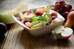 Owocowa sałatka - świeżo przygotowany zdrowy jarski jedzenie zdjęcia royalty free