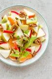 Owocowa sałatka świeży słodki jabłko, bonkreta, tangerine i orzechy włoscy, Zdjęcie Royalty Free