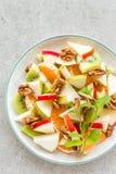 Owocowa sałatka świeży słodki jabłko, bonkreta, tangerine i orzechy włoscy, Fotografia Stock